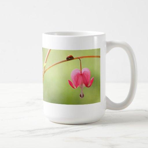 Mariquita y flor del corazón sangrante taza