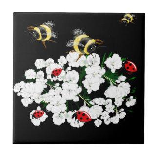 Mariquitas dramáticas de las abejas y flores blanc azulejos cerámicos