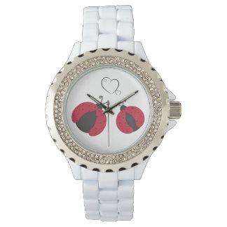 Mariquitas elegantes de moda femeninas lindas en reloj de mano
