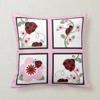 Mariquitas rojas y almohada personalizada flores