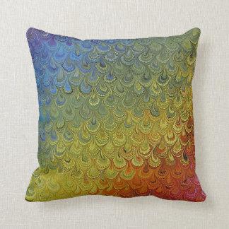 Mármol del pavo real del arco iris cojín decorativo