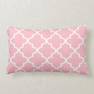 Marroquí rosa claro y blanco moderno Quatrefoil Cojín