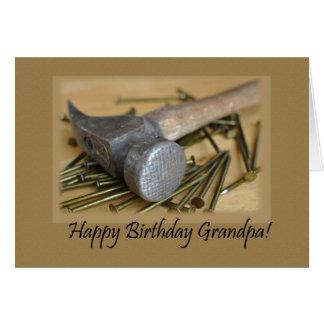 Martillo y abuelo del feliz cumpleaños de los clav tarjeta de felicitación