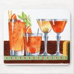Martinis retros de las bebidas de los cócteles del tapete de ratones
