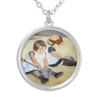 Mary Cassatt que juega en el collar de la playa