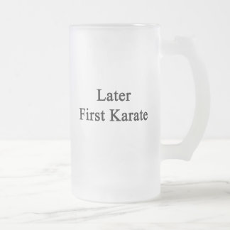 Más adelante primer karate taza de café