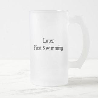 Más adelante primera natación taza de café