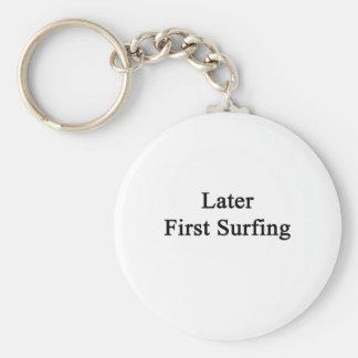 Más adelante primero practicando surf llavero