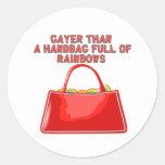Más alegre que un bolso por completo de arco iris pegatina redonda