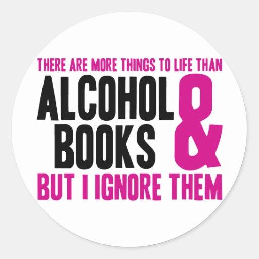 Más cosas a la vida que el alcohol y los libros pegatina redonda