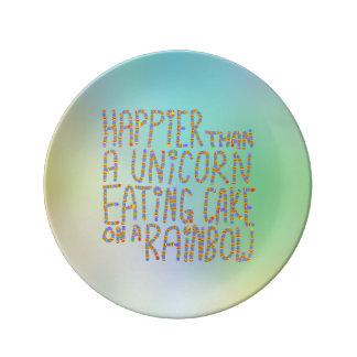 Más feliz que un unicornio que come la torta en un platos de cerámica