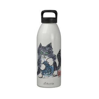 Más juego del hilado por el gatito gris del tigre, botella de agua
