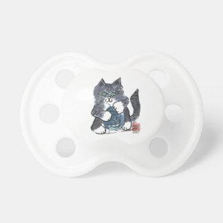 Más juego del hilado por el gatito gris del tigre, chupete