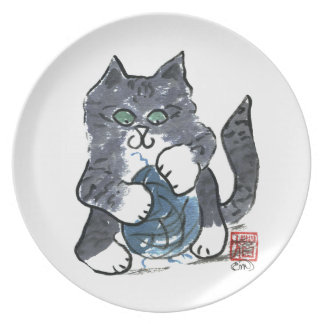 Más juego del hilado por el gatito gris del tigre, platos de comidas