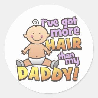 Más pelo que las camisetas y los regalos del papá etiquetas redondas