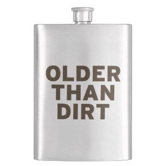 Más viejo que la suciedad petaca