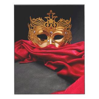 Máscara adornada para la mascarada en el impresión en madera