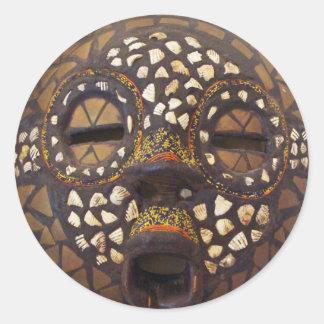 Máscara africana con las cáscaras del cowrie pegatina redonda