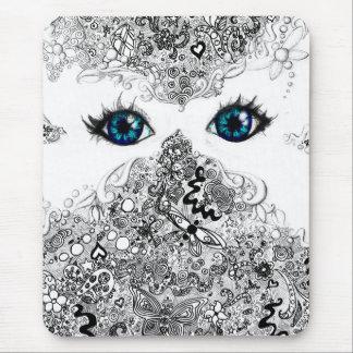 Máscara blanca de la mariposa del Doodle Alfombrillas De Raton