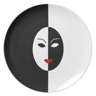 Máscara blanca y roja negra plato de comida