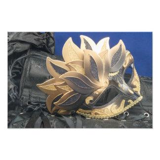 Máscara decorativa en el satén negro con el cordón fotografía