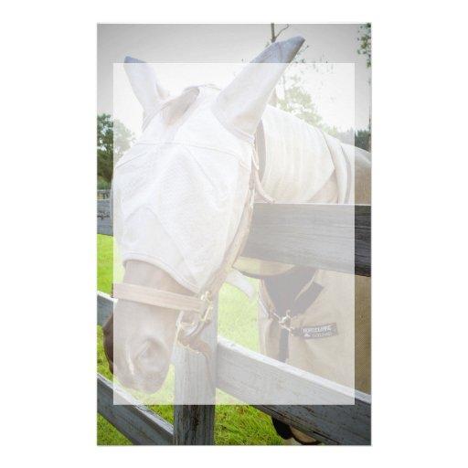 máscara del tábano sobre imagen del pasto de la ce papeleria personalizada