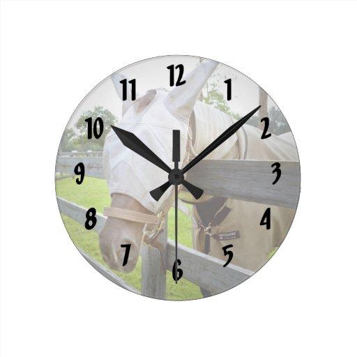 máscara del tábano sobre imagen del pasto de la ce reloj redondo mediano