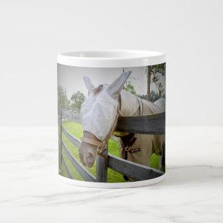 máscara del tábano sobre imagen del pasto de la taza grande