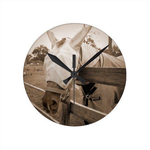 máscara del tábano sobre sepia de la cerca reloj de pared