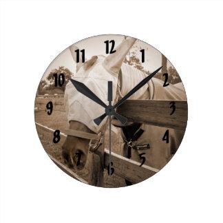 máscara del tábano sobre sepia de la cerca reloj redondo mediano