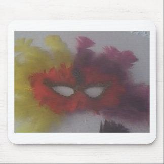 máscara roja con las plumas 3 del amarillo alfombrillas de ratones