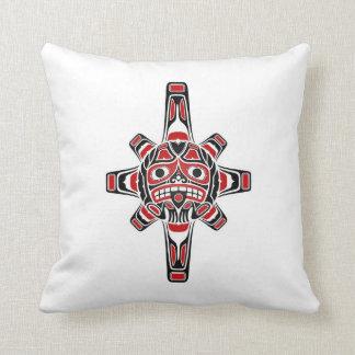 Máscara roja y negra de Sun del Haida en blanco Cojín