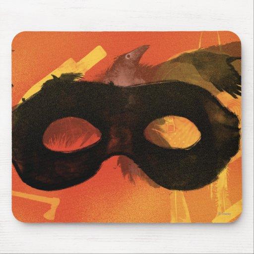 Máscara solitaria del guardabosques con el cuervo mouse pads