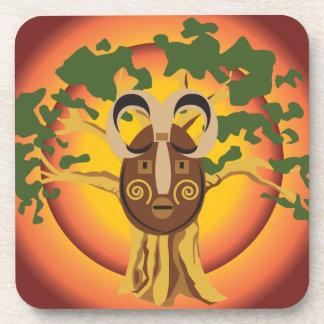 Máscara tribal primitiva en el árbol Sun que brill Posavasos De Bebida