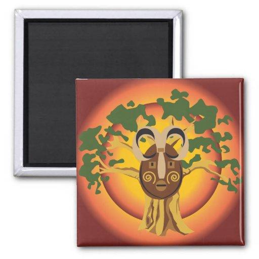 Máscara tribal primitiva en el árbol Sun que brill Iman De Nevera