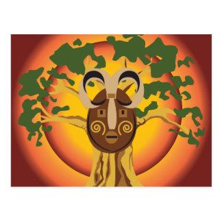 Máscara tribal primitiva en el árbol Sun que Postales