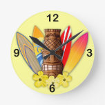 Máscara y tablas hawaianas de Tiki Reloj Redondo Mediano