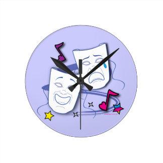 Máscaras estilizadas del drama de la comedia y de reloj redondo mediano