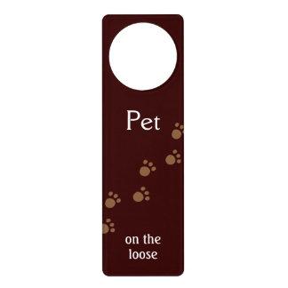 Mascota en el flojo colgador para puerta
