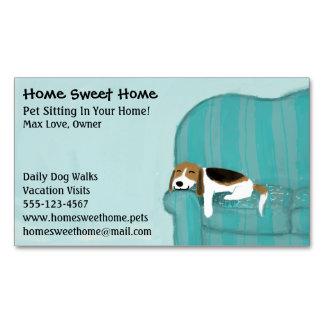 Mascota feliz del perro el   del sofá que sienta tarjetas de visita magnéticas (paquete de 25)