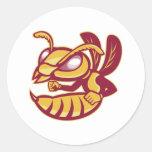 mascota femenina enojada del avispón pegatina redonda
