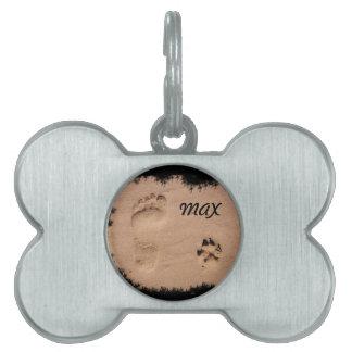 Mascota y huella en la arena placas de nombre de mascota