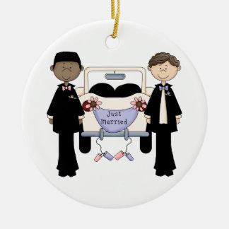 Masculino gay casando apenas camisetas y los adorno redondo de cerámica