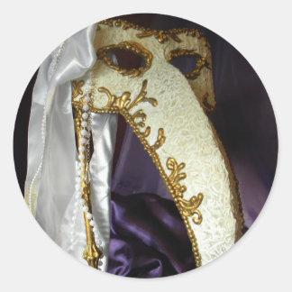 Masque sobre púrpura pegatina redonda