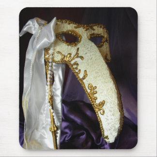 Masque sobre púrpura tapetes de raton