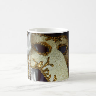 Masque sobre púrpura tazas de café