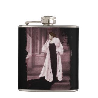 Mata Hari en el abrigo de pieles blanco