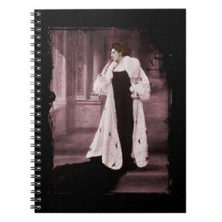 Mata Hari en el abrigo de pieles blanco Libretas