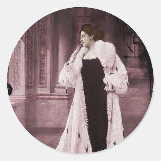 Mata Hari en el abrigo de pieles blanco Pegatina Redonda