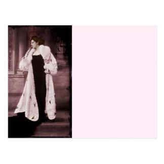 Mata Hari en el abrigo de pieles blanco Postal
